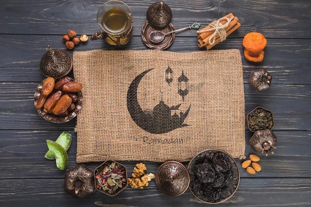 Ramadan-komposition mit flachen tischplatten und tischtuch Kostenlosen PSD