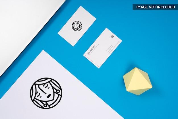 Realistische visitenkarte mock up in blau Premium PSD