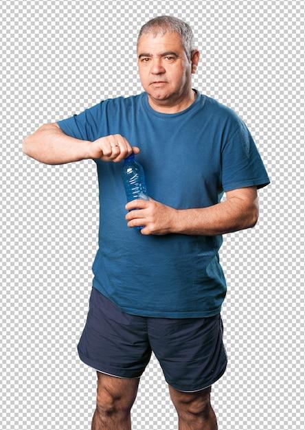 Reifer mann, der eine wasserflasche anhält Premium PSD
