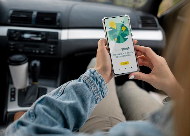 Reisender, der ein modell-smartphone hält Kostenlosen PSD