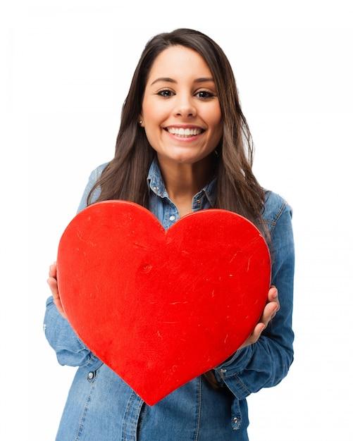 Romantische teenager hält ein herz Kostenlosen PSD
