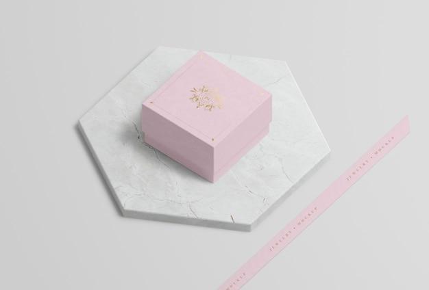 Rosa schmuckschatulle auf marmor mit goldenem symbol Kostenlosen PSD