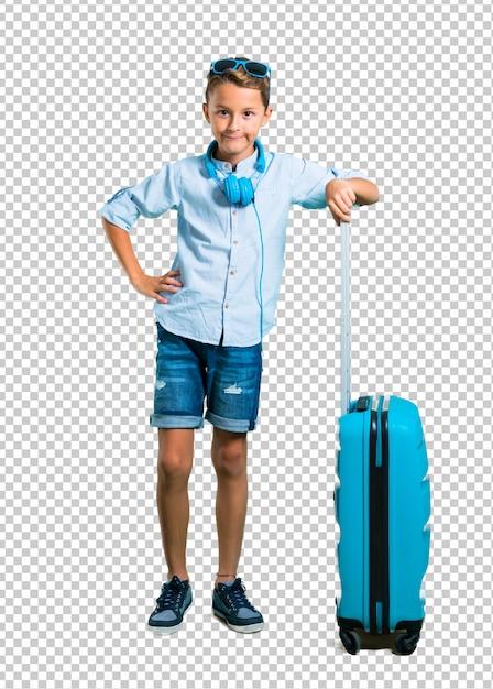 Scherzen sie mit der sonnenbrille und kopfhörern, die mit seinem koffer reisen, der mit den armen an der hüfte aufwirft Premium PSD