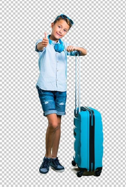 Scherzen sie mit der sonnenbrille und kopfhörern, die mit seinem koffergeben reisen, daumen herauf geste Premium PSD
