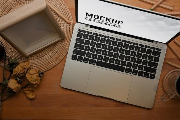 Schließen sie herauf ansicht des arbeitsbereichs mit laptop-modell im heimbüro Premium PSD