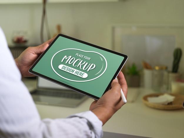 Schließen sie herauf ansicht des geschäftsmannes, der modell digitales tablett und stift stift hält Premium PSD