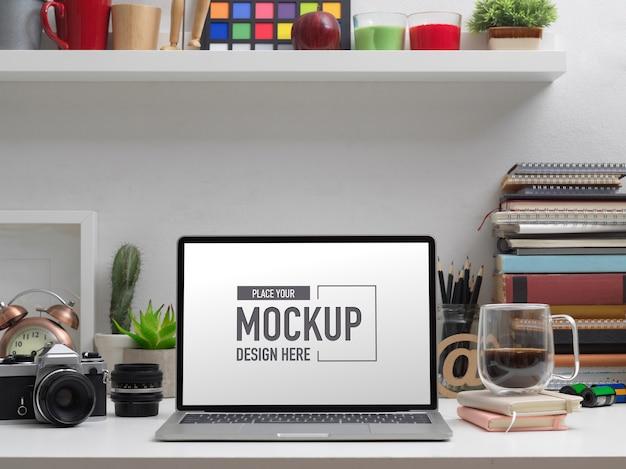 Schließen sie herauf ansicht des modell-laptop auf studientisch mit schulelementen und dekorationen Premium PSD