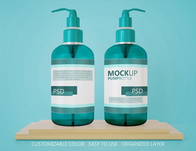Schließen sie oben auf zwei pumpflaschenmodell auf dem hölzernen podium Premium PSD