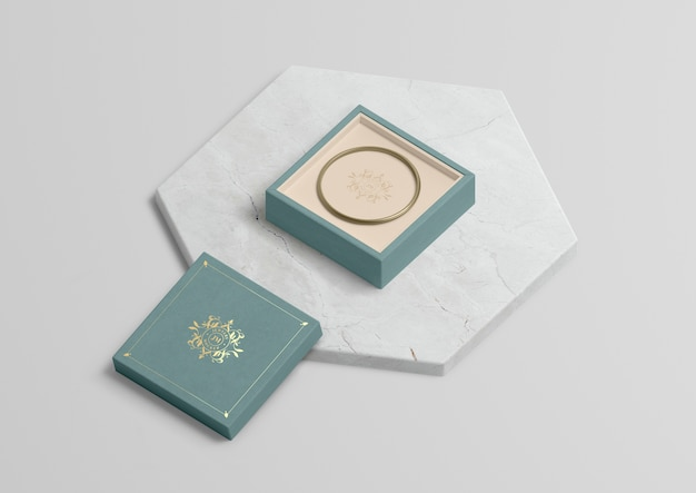 Schmuckschatulle mit goldenem armband auf marmor Kostenlosen PSD