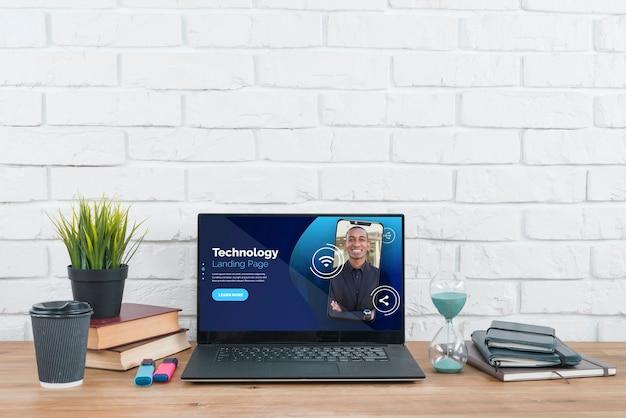 Schreibtisch mit anlagen- und werkzeugmodell Kostenlosen PSD
