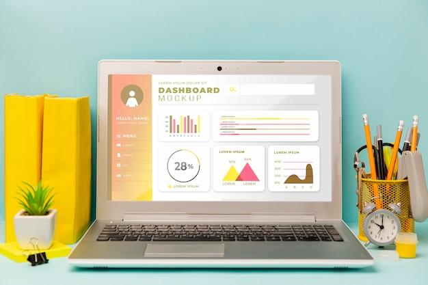 Schreibwaren schreibtisch mit laptop und schreibtisch pflanze Kostenlosen PSD