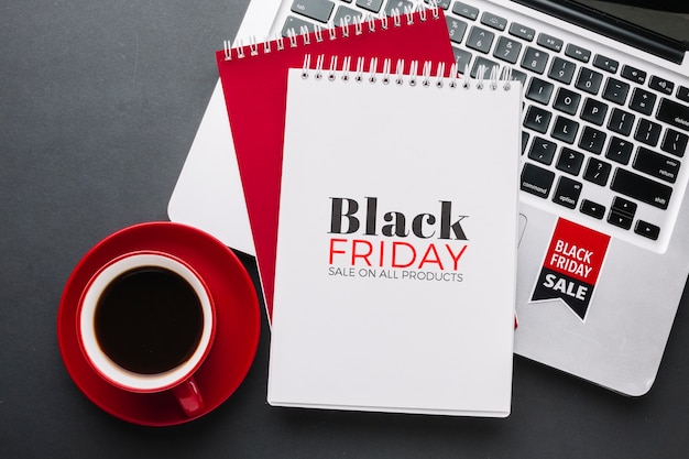 Schwarzes freitag-konzeptmodell auf schwarzem hintergrund Kostenlosen PSD