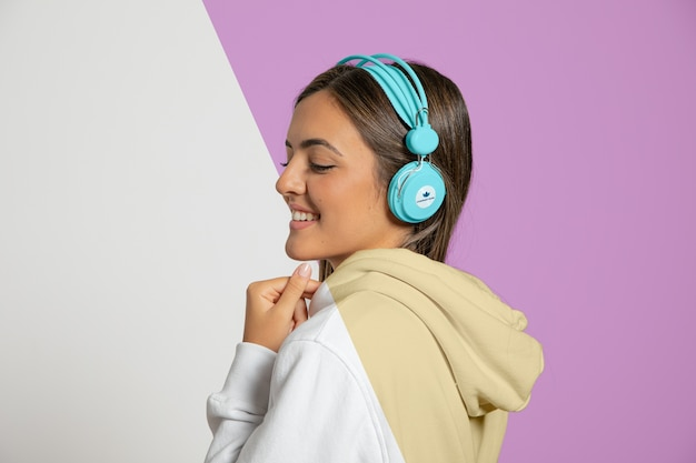 Seitenansicht der frau, die musik auf kopfhörern hört Premium PSD