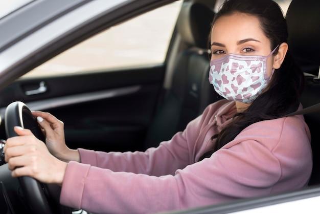Seitenansicht frau mit maske fahren Kostenlosen PSD