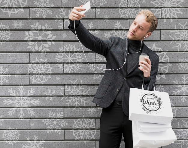 Selfie-zeit mit gutaussehendem mann und einkäufen Kostenlosen PSD