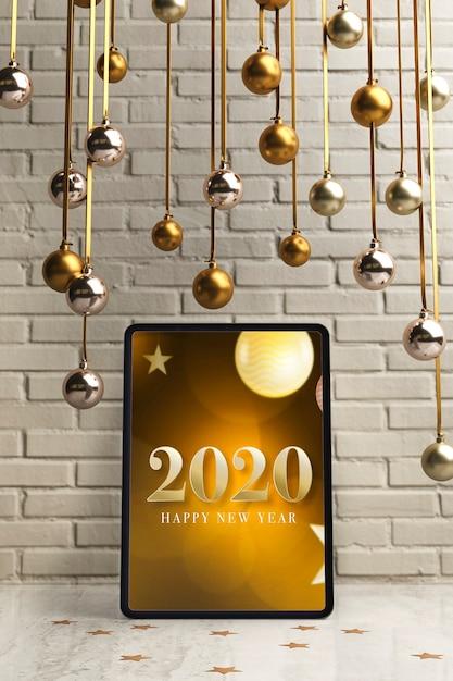 Silberne und goldene hängende kugeln auf tablette Kostenlosen PSD