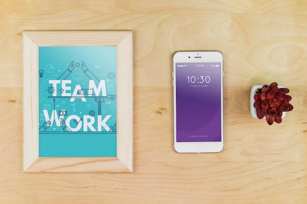Smartphone-modell mit büromaterialien auf dem tisch Kostenlosen PSD