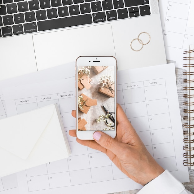 Smartphone-modell mit hochzeitskonzept Kostenlosen PSD