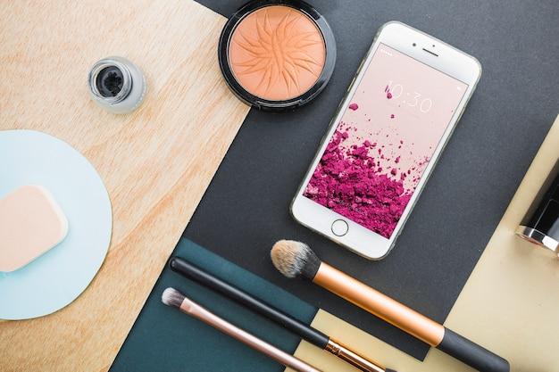 Smartphone-modell mit kosmetischen konzept Kostenlosen PSD