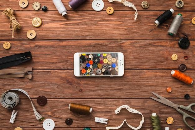 Smartphone-modell mit nähendem konzept Kostenlosen PSD