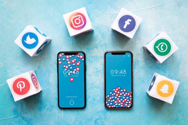 Smartphone-modell mit social media-konzept Kostenlosen PSD