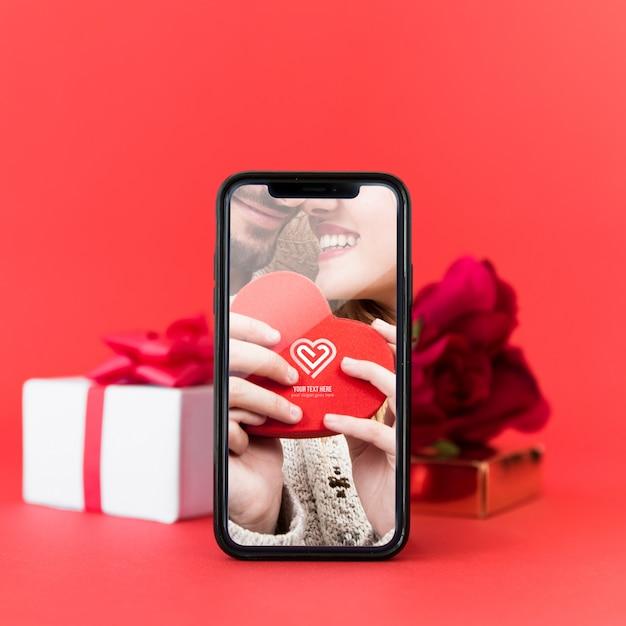 Smartphone-modell mit valentinsgrußkonzept Kostenlosen PSD