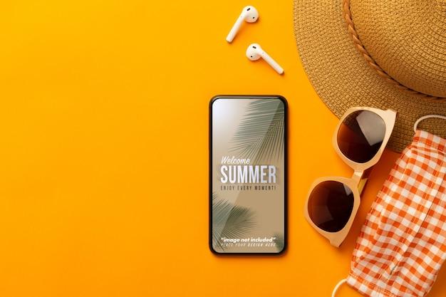 Smartphone-modellbildschirm mit strandzubehör und kopfhörern, draufsicht Premium PSD
