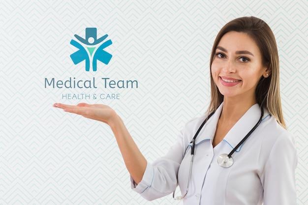 Smiley-krankenschwester mit einem stethoskop Kostenlosen PSD