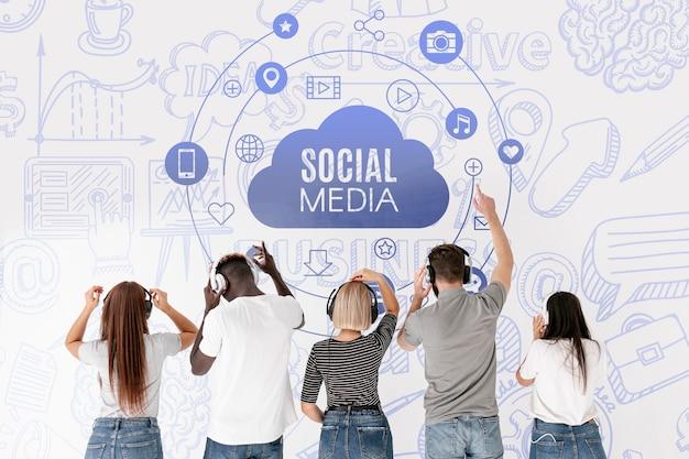 Social media-leute, die musik von hinten schuss hören Kostenlosen PSD