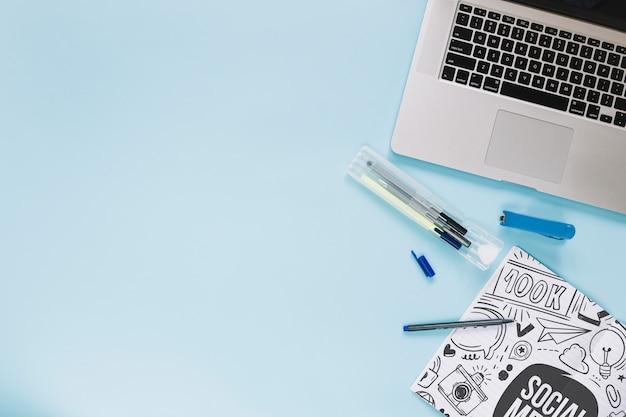 Social media- und internet-modell mit laptoptastatur Kostenlosen PSD