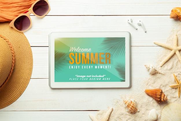 Sommer mit tablet-computer-modellvorlage und strandzubehör auf weißem holz Premium PSD
