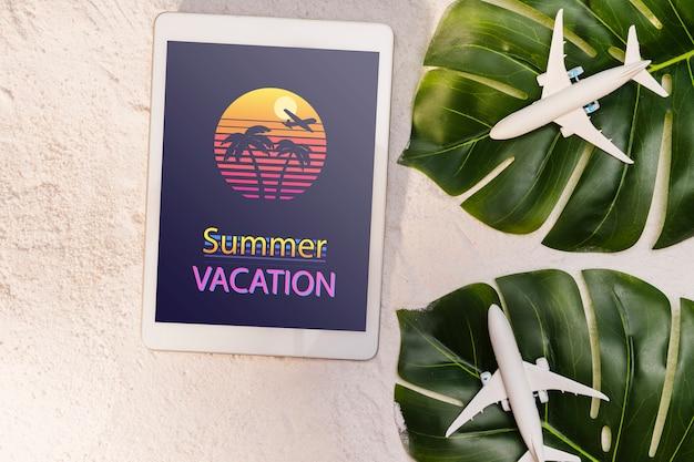 Sommerferien, palmblätter und spielzeugflugzeuge Kostenlosen PSD