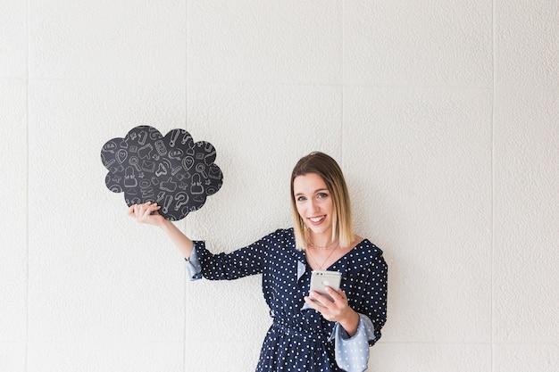 Sprechblasemodell mit lächelnder frau Kostenlosen PSD