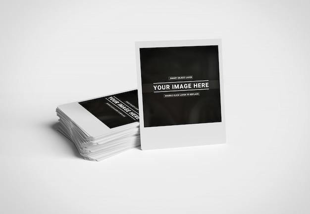 Stapel sofortige fotos auf weißem oberflächenmodell Premium PSD
