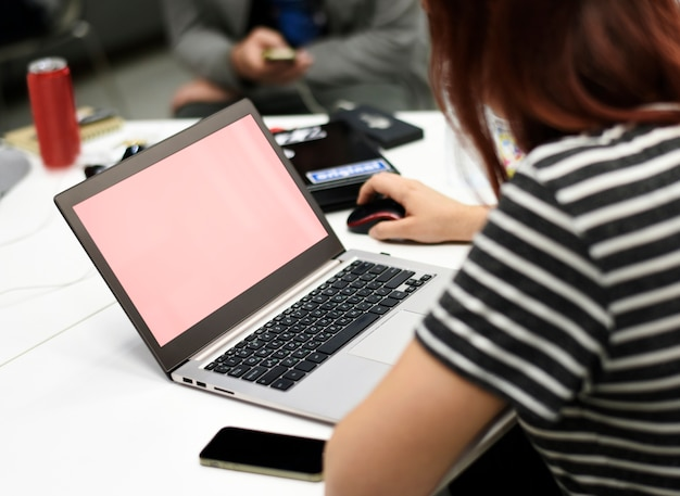 Startgeschäftsleute, die an laptop-kopien-raum arbeiten Kostenlosen PSD
