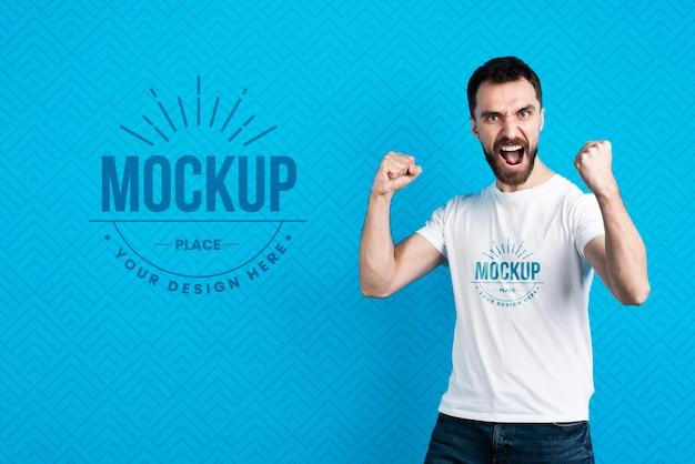 T-shirt-modellmann, der siegesgeste zeigt Premium PSD