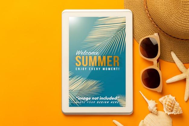 Tablet-computer-modellvorlage und strandzubehör auf orange Premium PSD