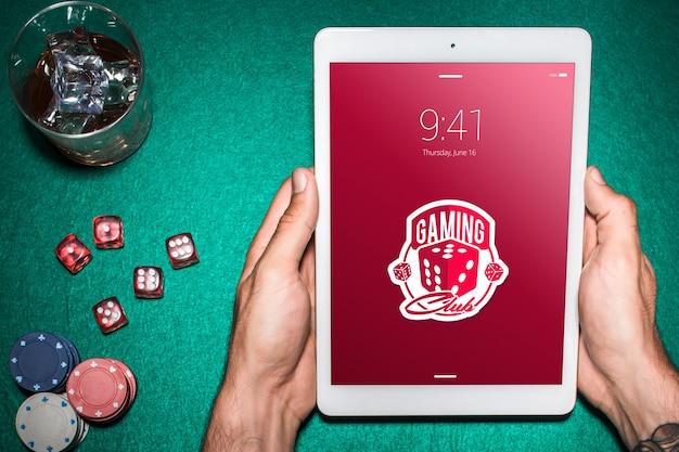 Tablet-modell mit casino-konzept Kostenlosen PSD