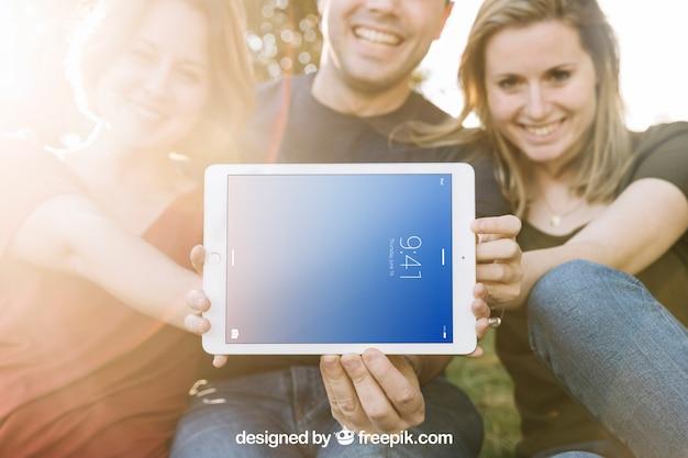 Tablet-modell mit freunden und sonnenschein Kostenlosen PSD