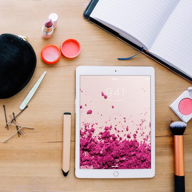 Tablet-modell mit kosmetischen konzept Kostenlosen PSD