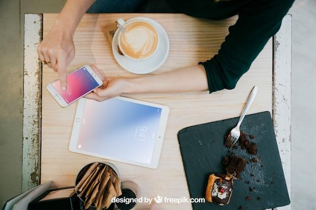 Tablet- und smartphonemodell mit draufsicht des schreibtisches Kostenlosen PSD