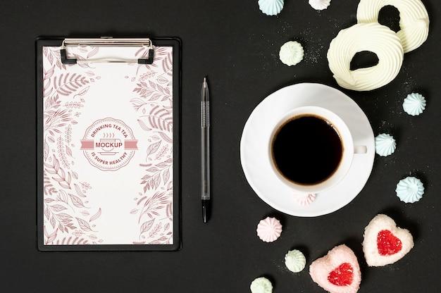 Tasse kaffee und süßigkeiten zwischenablage modell Kostenlosen PSD