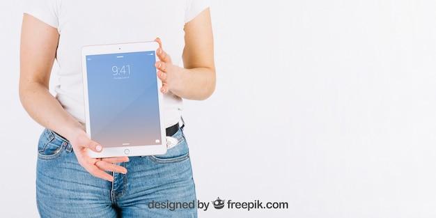 Technologie-modell mit der frau, die tablette hält Kostenlosen PSD