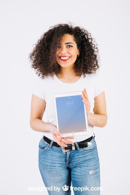 Technologie-modell mit der frau, die tablette zeigt Kostenlosen PSD