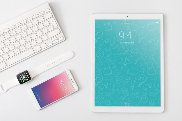Technologie- und arbeitsplatzmodell mit tablette Kostenlosen PSD