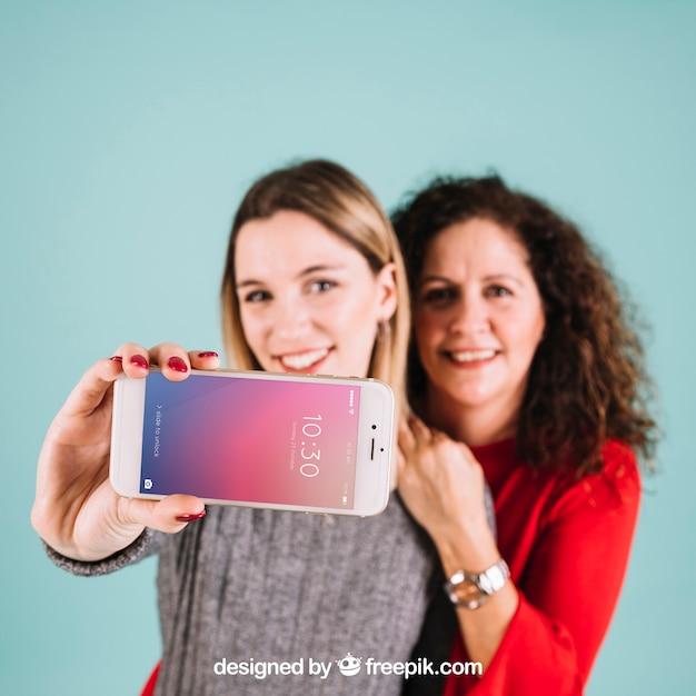 Technologiemodell mit den frauen, die smartphone darstellen Kostenlosen PSD
