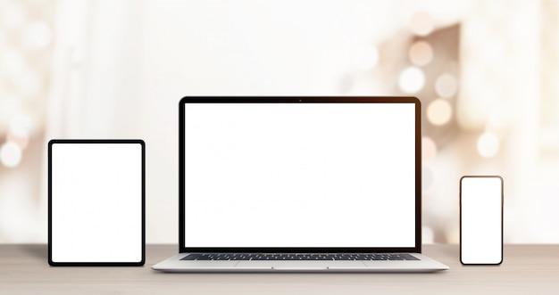 Telefon-, tablet- und laptop-computer-modell auf schreibtisch für ansprechendes webdesign oder app-förderung Premium PSD