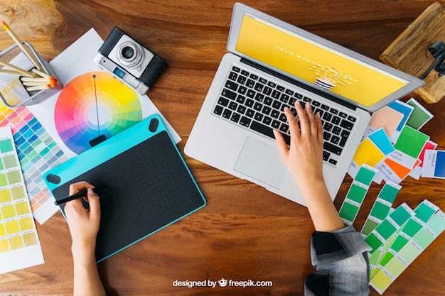 Top-ansicht grafik-designer mockup mit grafik-tablet und laptop Kostenlosen PSD