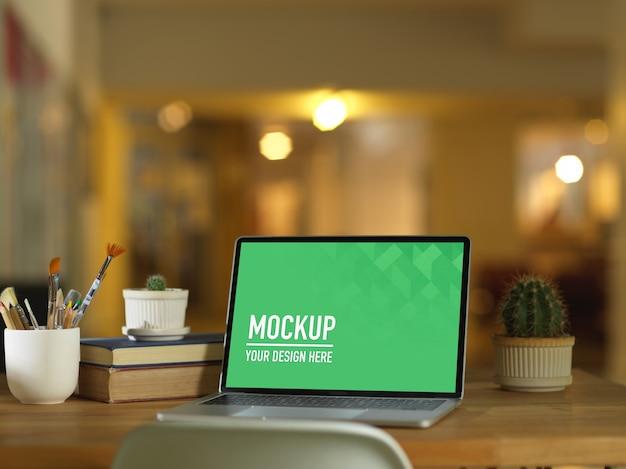 Tragbares laptop-modell im arbeitsbereich mit blumen Premium PSD
