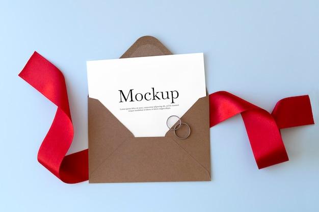 Umschlag mit rotem band und ringmodell Kostenlosen PSD